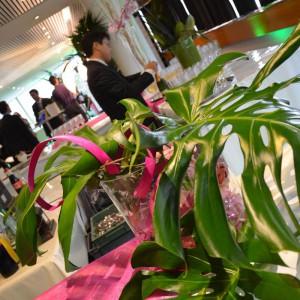 Une composition florale sur une table d'un banquet de traiteur